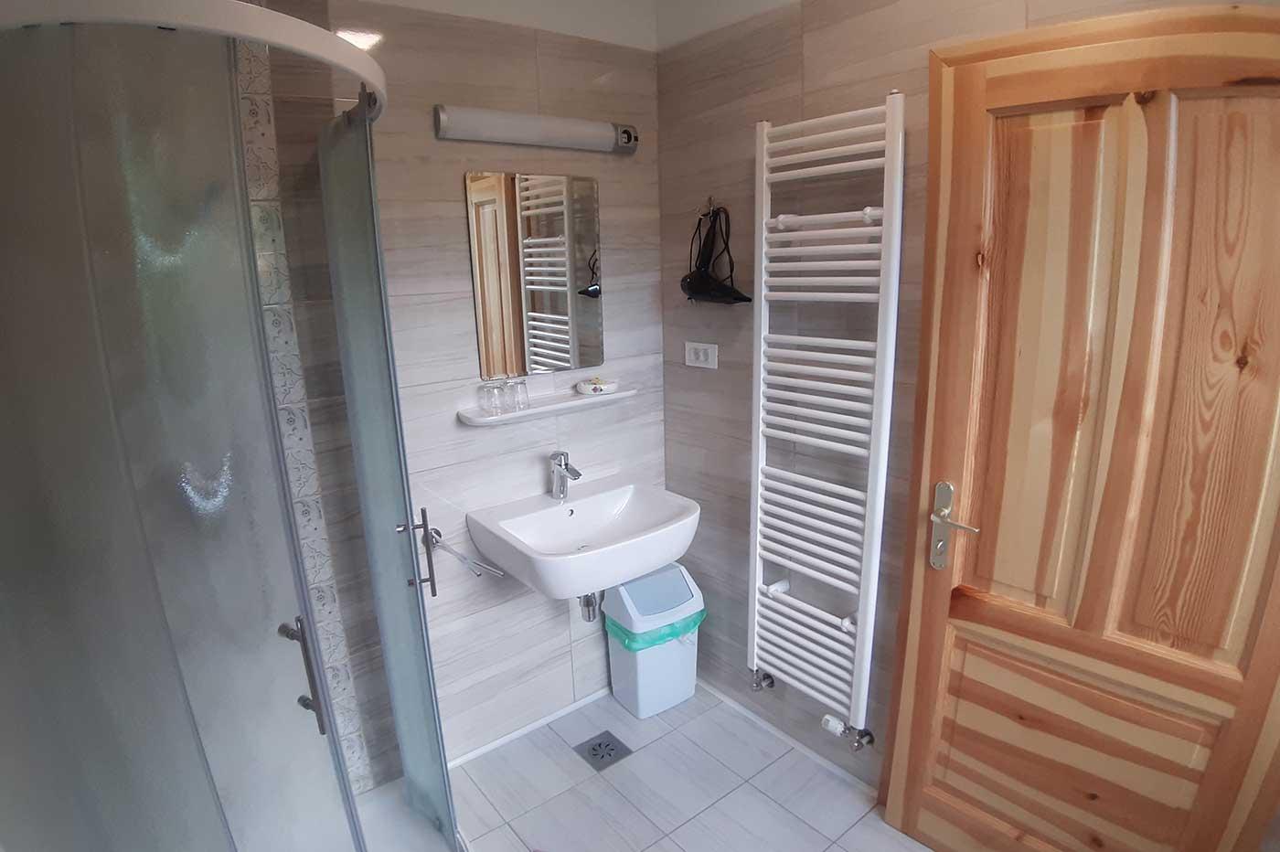 Zimmer mit Badezimmer